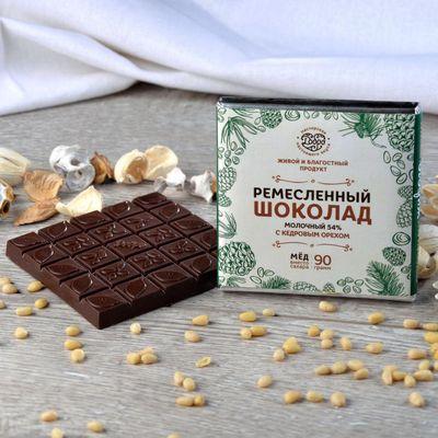 Шоколад молочный, какао 54%, на Меду, с Кедровым орехом «Мастерская шоколада ДОБРО»